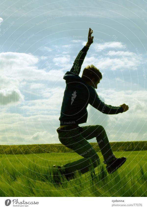 Spring Dich frei! #13 Mann Jacke Kapuzenjacke Gras Feld Sommer Gefühle springen hüpfen verrückt Spielen Körperhaltung schreien Jugendliche tauchen Mensch