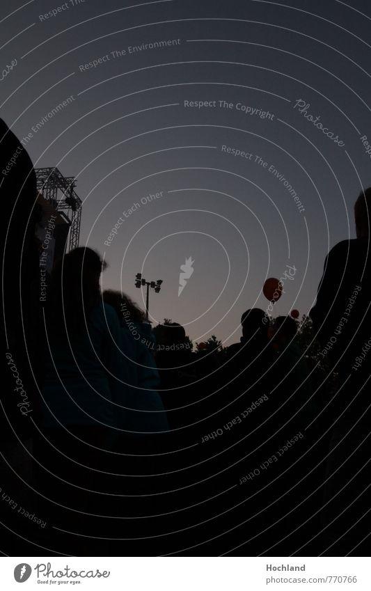 Music on a dark night Mensch Jugendliche Sommer schwarz Bewegung grau Horizont Zusammensein Musik Lebensfreude Luftballon Veranstaltung Konzert Menschenmenge Begeisterung Vorfreude
