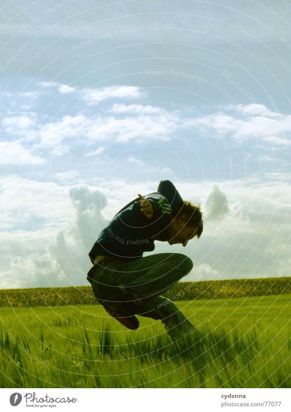 Spring Dich frei! #14 Mann Jacke Kapuzenjacke Gras Feld Sommer Gefühle springen hüpfen verrückt Spielen Körperhaltung schreien Jugendliche tauchen Mensch