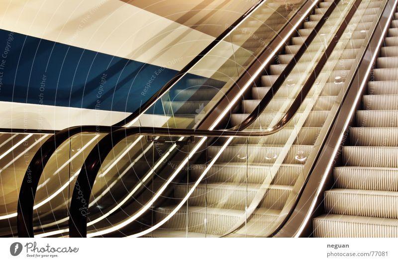 aufstieg aufsteigen Rolltreppe Etage fahren Gummi Wand Streifen gelb Reflexion & Spiegelung Licht Treppe oben glass Metall blau dri auschnitt reflektionen