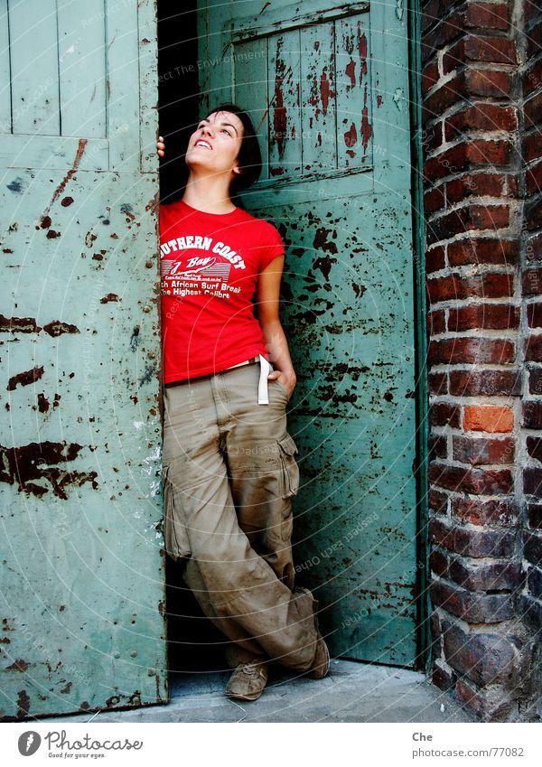 Wind of change Frau alt grün rot Freude Gesicht Leben Freiheit braun dreckig lustig Tür Wind frei frisch Fröhlichkeit