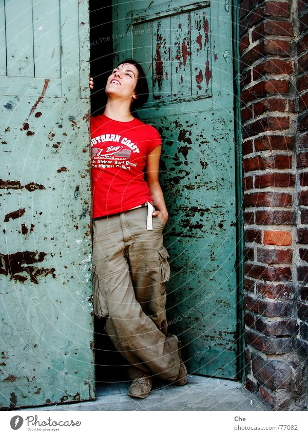 Wind of change Frau alt grün rot Freude Gesicht Leben Freiheit braun dreckig lustig Tür frei frisch Fröhlichkeit