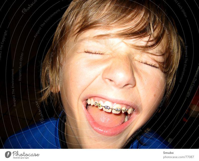 Kleiner Bruder #1 Jugendliche blau Junge Haare & Frisuren hell blond Mund 13-18 Jahre schreien Anschnitt Zahnspange Gesichtsausschnitt zusammengekniffen Spange Vor dunklem Hintergrund