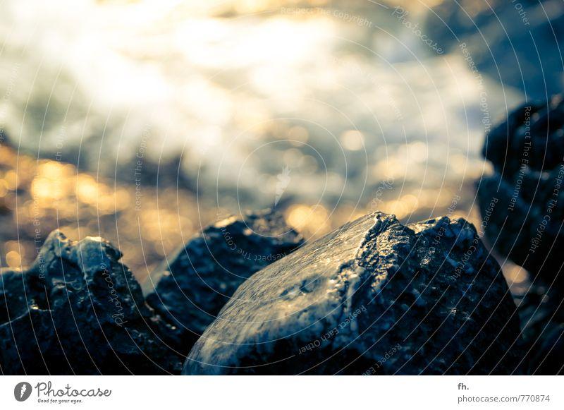 Pretty stoned Natur Urelemente Sonnenlicht Sommer Schönes Wetter Wellen Küste Strand Bucht Meer Stein Sand Wasser eckig Kraft Reinheit Senior anstrengen Stress