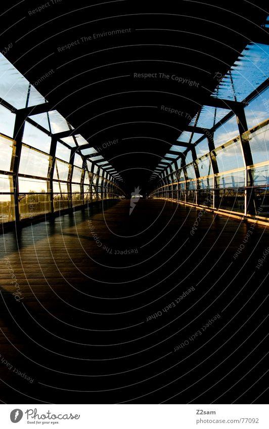 straightforward geradeaus Tunnel Holzfußboden Licht Linie Strukturen & Formen Perspektive Bodenbelag Sonne Schatten Himmel blau blue Gang
