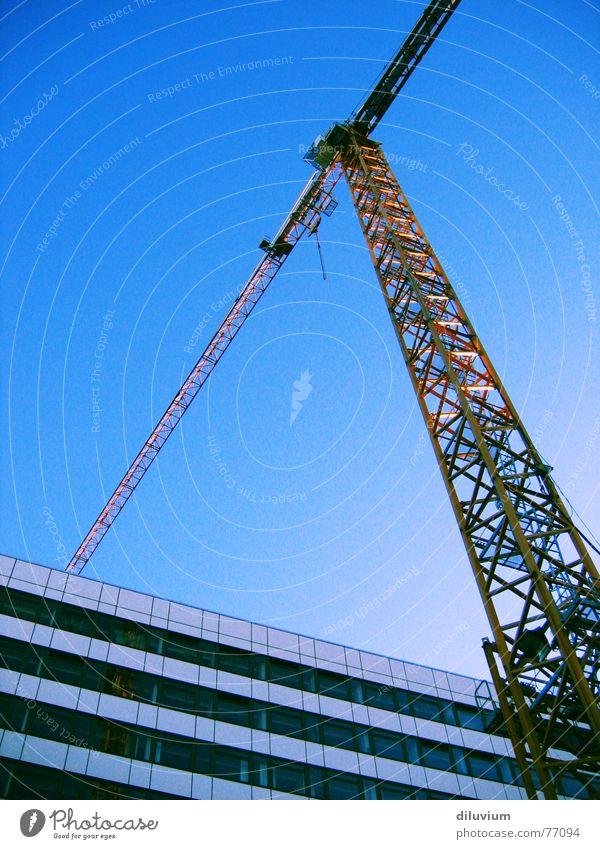 building tomorrow Kran gelb Hochhaus Streifen Horizont Ferne Dreieck hoch Himmel blau indeustriell Linie Strukturen & Formen