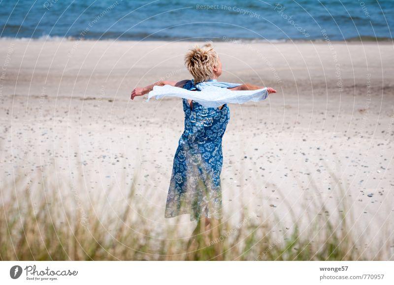 Strandtänzerin I Mensch Frau blau schön Wasser Sommer Freude Erwachsene Leben Bewegung feminin Mode Wellen modern blond
