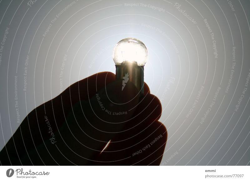 Erleuchtung Hand Himmel alt hell kaputt Idee Kreativität grell Erkenntnis Klarheit Intuition Nahaufnahme Silhouette Gegenlicht festhalten Glühbirne Finger