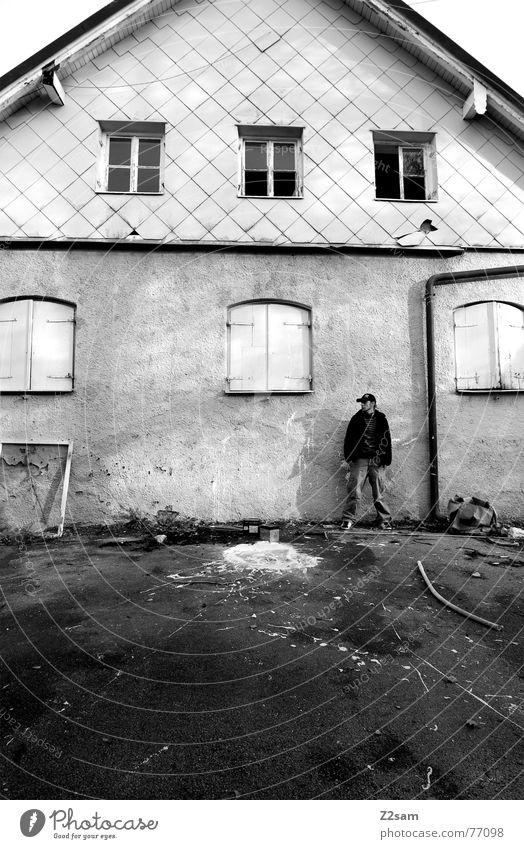 before the old baker Mensch Mann alt weiß Haus Farbe Fenster stehen streichen Fleck 6 spritzen Fensterrahmen