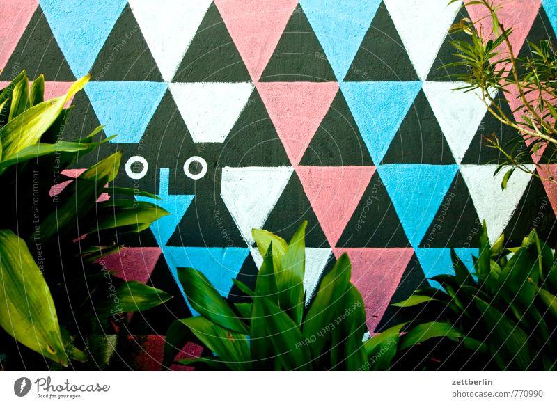 Wandmalerei hinter Grünpflanzen Kultur Architektur Haus Wandmalereien Wandtäfelung Stadt Wohnhaus gestalten Kunst Grafik u. Illustration Dreieck