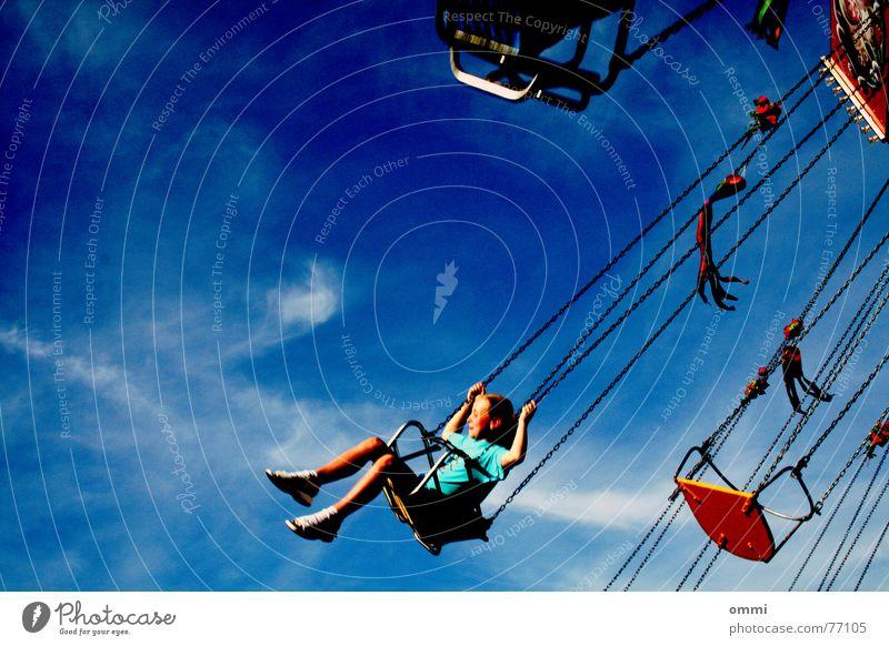 Ewiges Glück Kind Himmel Mädchen Freude Wolken Bewegung lustig Freizeit & Hobby fliegen Geschwindigkeit Fröhlichkeit Schönes Wetter drehen Jahrmarkt laut Karussell