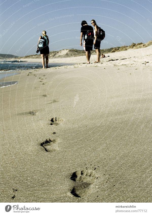 Spuren im Sand Mensch Wasser schön Himmel Meer blau Strand Ferien & Urlaub & Reisen Freiheit Menschengruppe Fuß Wärme Physik heiß