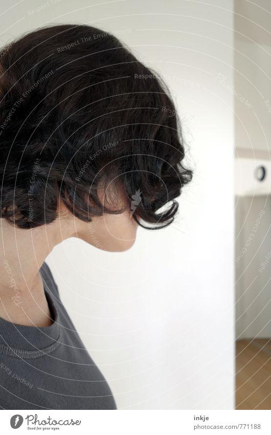 Vorher Lifestyle Haare & Frisuren Freizeit & Hobby Häusliches Leben Raum Ecke Frau Erwachsene 1 Mensch 30-45 Jahre Mauer Wand schwarzhaarig brünett langhaarig