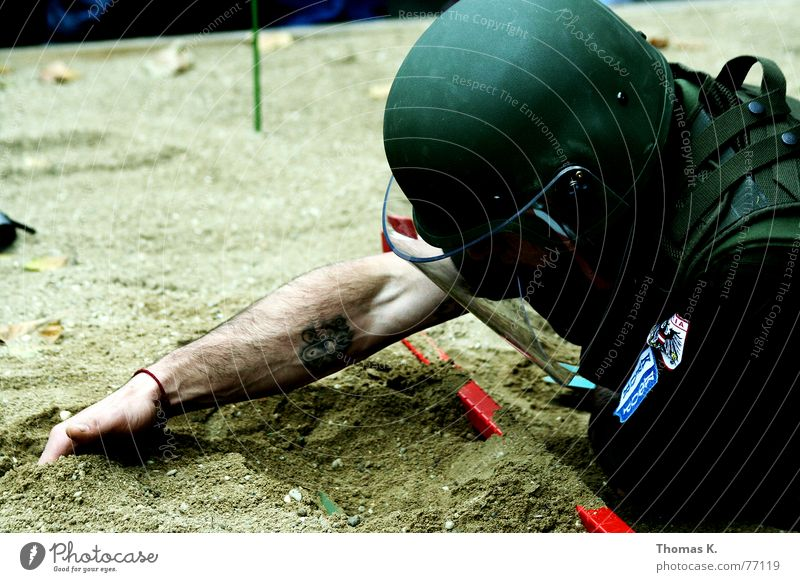 Minesweeper Sand Kraft Arme gefährlich Bodenbelag bedrohlich Schutz Dienstleistungsgewerbe Krieg Soldat Helm Uniform Waffe Graben