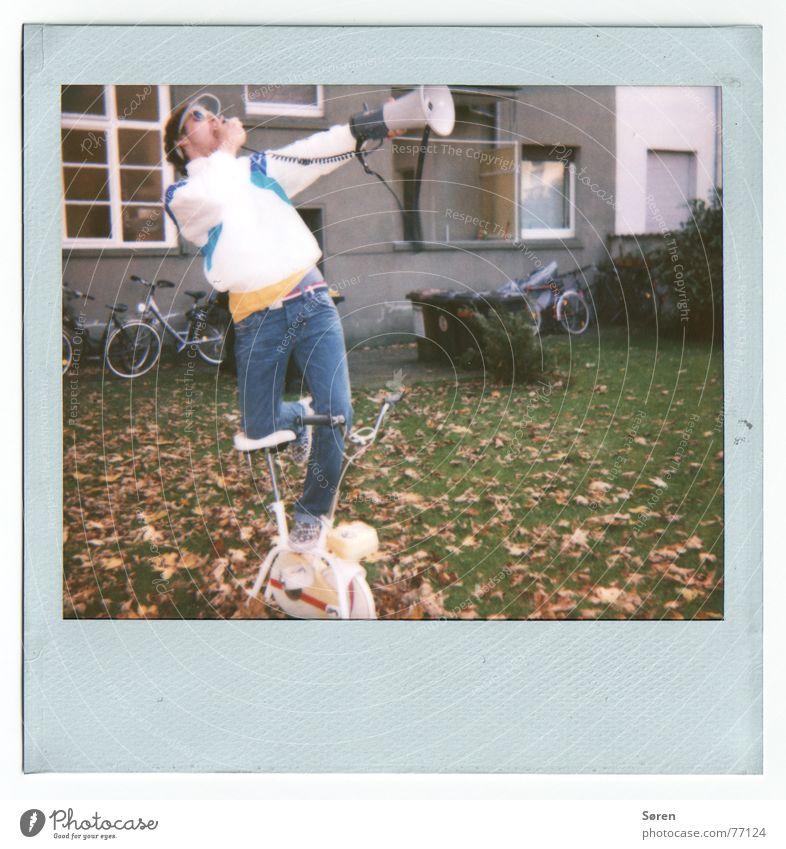 Shout it out LOUD! sprechen Bewegung Fahrrad stehen Information Fitness schreien Polaroid Hinterhof Megaphon protestieren old-school unsozial Asozialer