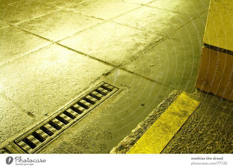 rinnstein 2 Stein Steinplatten Beton Eisen Abfluss Warnstreifen Treppenansatz dreckig Vogelperspektive gelb Einsamkeit Bodenbelag nass Regen schmuddelig