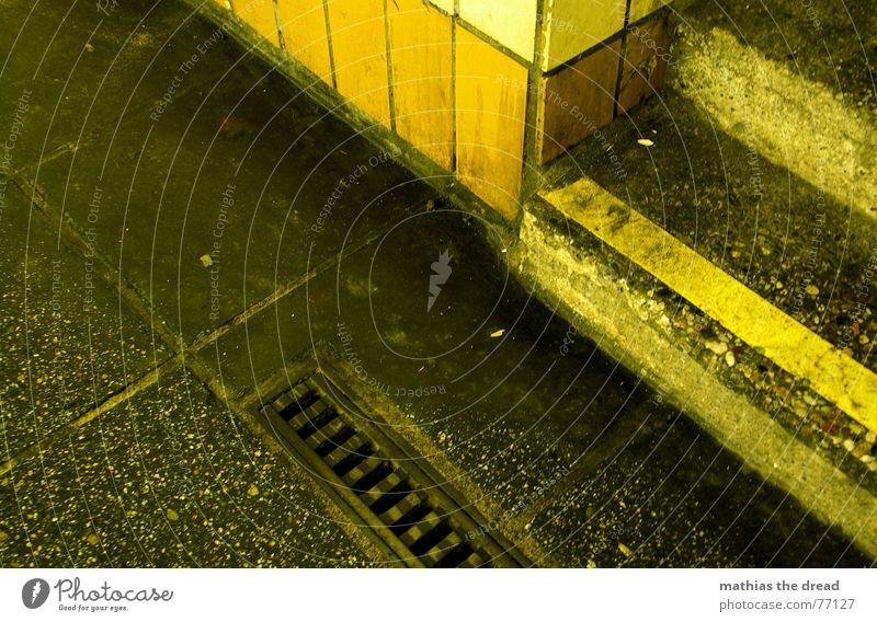 rinnstein 3 Stein Steinplatten Beton Eisen Abfluss Warnstreifen Treppenansatz dreckig Vogelperspektive gelb Einsamkeit Bodenbelag nass Regen schmuddelig