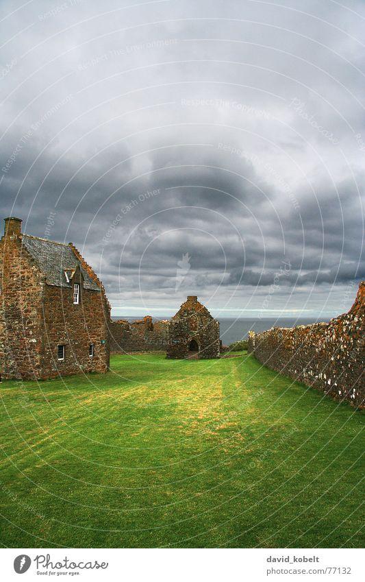 Ruine in Schottland Wolken Sturm Stimmung Meer Haus Wiese Licht verfallen Wahrzeichen Denkmal historisch Regen Himmel Wetter Aussicht Gewitter Schatten Mauer