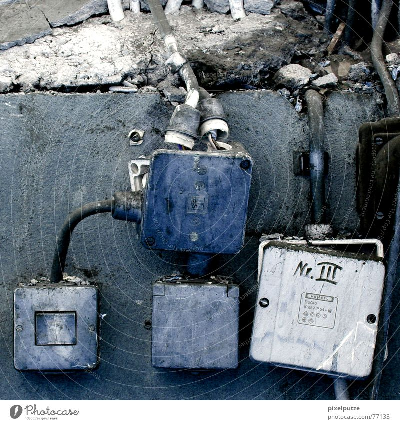 nr. III blau alt grau Mauer Energiewirtschaft Elektrizität kaputt Kabel verfallen Verbindung Zerstörung Schalter Leitung Steckdose Gabel Klacken