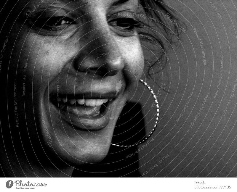 Frau Sitil lacht Frau Mensch schön Freude Gesicht feminin lachen Haare & Frisuren Dame Sommersprossen attraktiv Ohrringe Rauschen Kreole