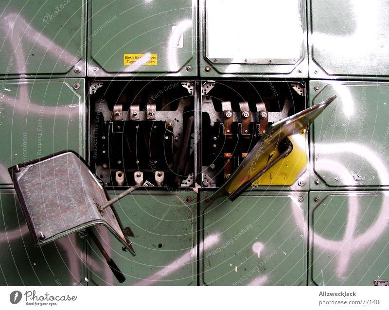 Beyond the Blechfliese grün biegen Sicherungskasten aufgebrochen Elektrisches Gerät elektronisch Installationen Elektrizität keimig Ekel fertig schwarz