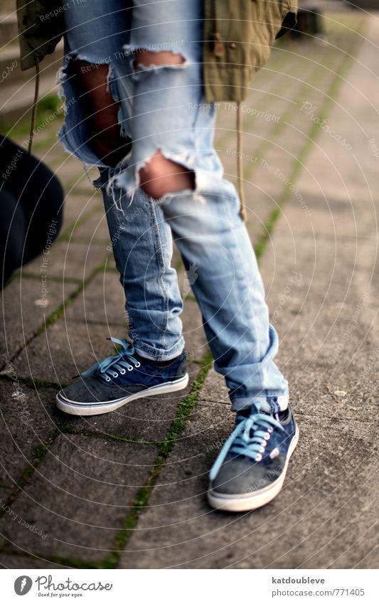dans la rue Lifestyle Körperpflege Jugendliche Beine Jugendkultur Punk Bekleidung Hose Stoff stehen wandern warten einzigartig trashig Laster Tapferkeit