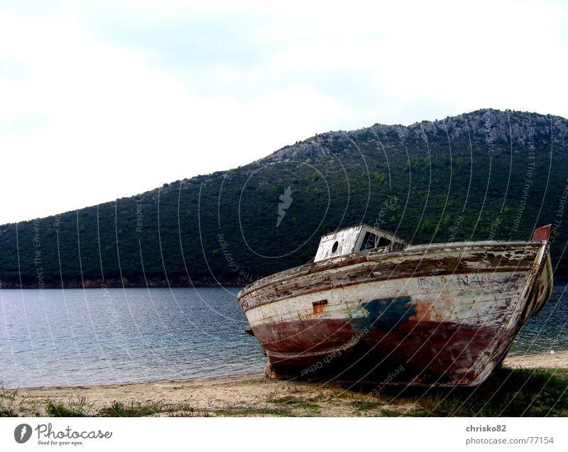Trockenübungen! Wasserfahrzeug Strand Meer Holz Fischerboot Bootslack Strandgut gestrandet Treibholz Schiffswrack Sand Bucht Hafen Lack