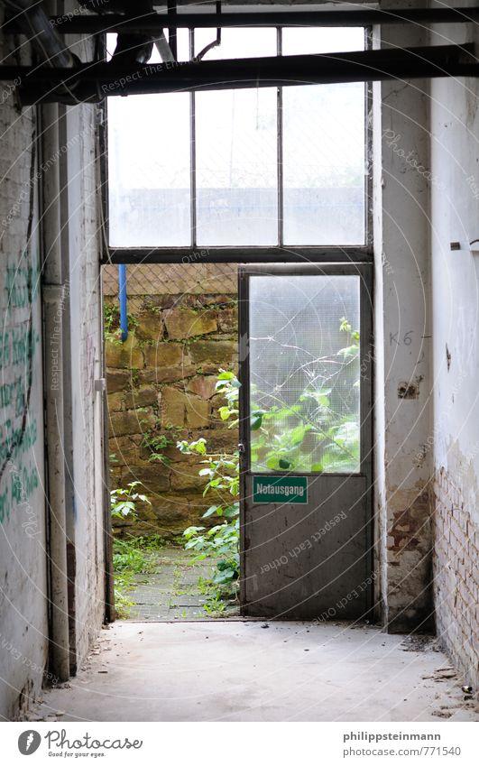 ESKAPEEE Industrieanlage Fabrik Gebäude Tür Notausgang Denkmal Alte Fabrik Salzmann alt grau weiß Verfall Unbewohnt Farbfoto Menschenleer Starke Tiefenschärfe