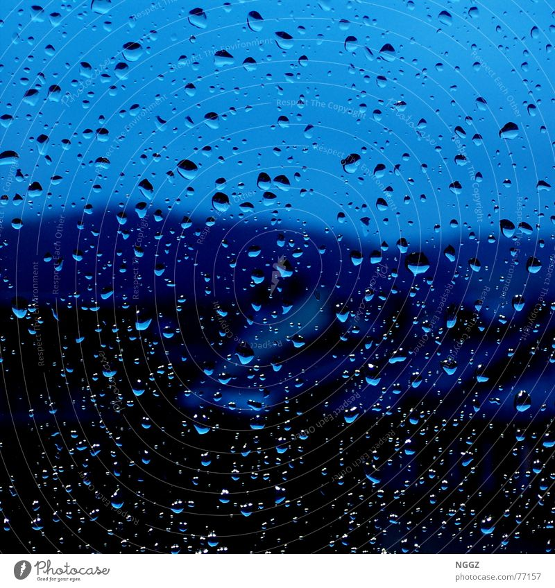 Blick aus dem Fenster ertrinkt im Regen Wasser schön Haus Regen Wassertropfen Hoffnung Fensterscheibe Gegenteil Auslöser