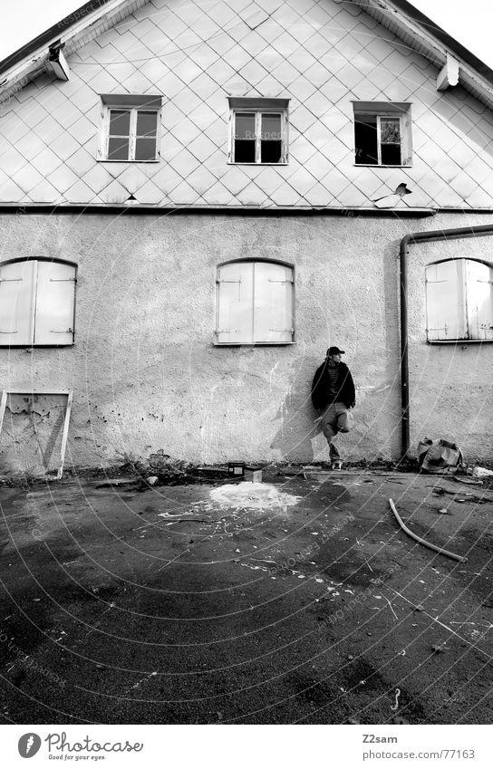 before the old baker II Mensch Mann alt weiß Haus Farbe Fenster stehen streichen Fleck 6 spritzen Fensterrahmen