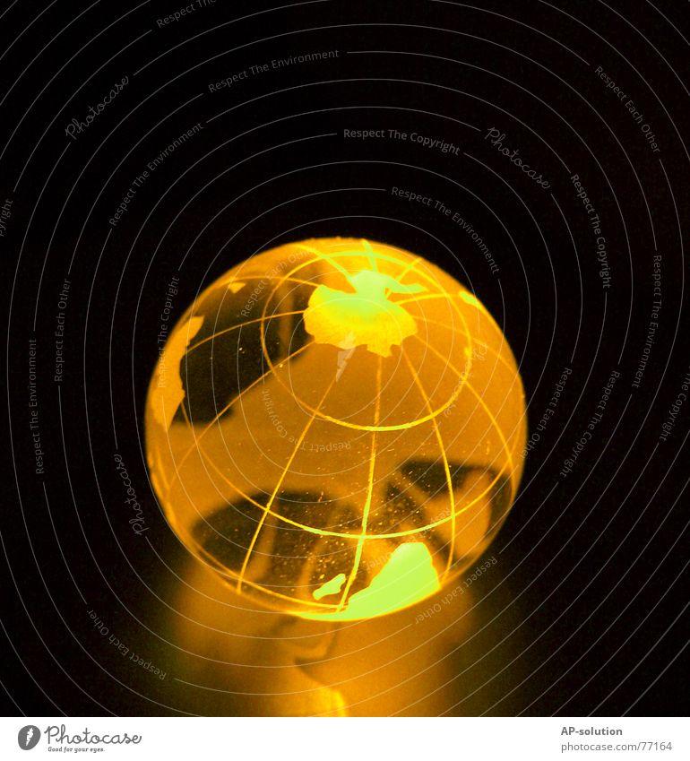 Weltkugel Erde global Telekommunikation gelb rund schwarz Glaskugel Verbundenheit Licht Arbeit & Erwerbstätigkeit Netzwerk Computer-Nutzer Makroaufnahme