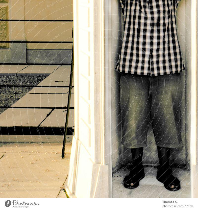 Vusa Afrikaner Hose kariert Baustelle Hemd Tracht kurz Shorts Wächter Mensch Burg oder Schloss wärter construction Jeanshose Stein Plattenbau entsättigt africa