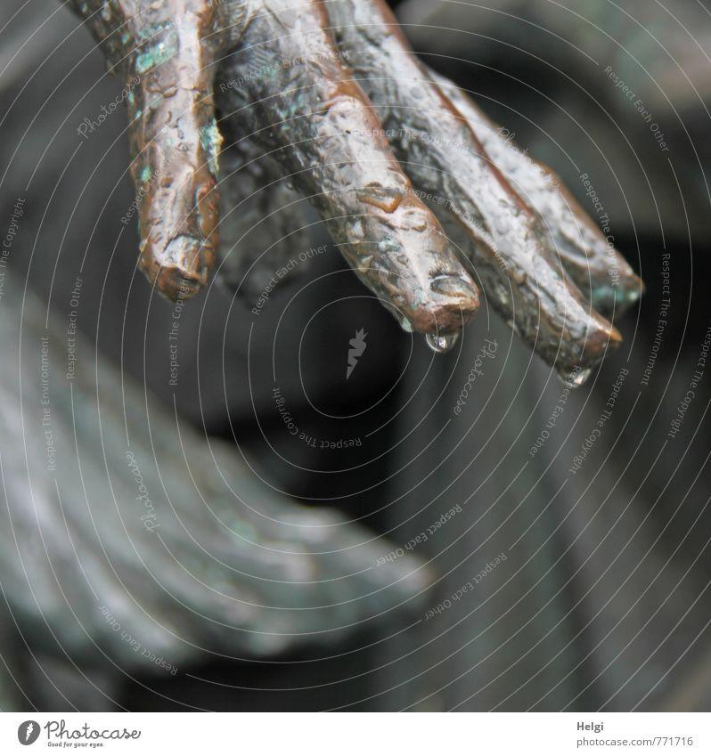 Hand und Fuß... Kunst Kunstwerk Skulptur hängen stehen außergewöhnlich dunkel einzigartig braun grau Stimmung ruhig standhaft Trauer Tod Kultur