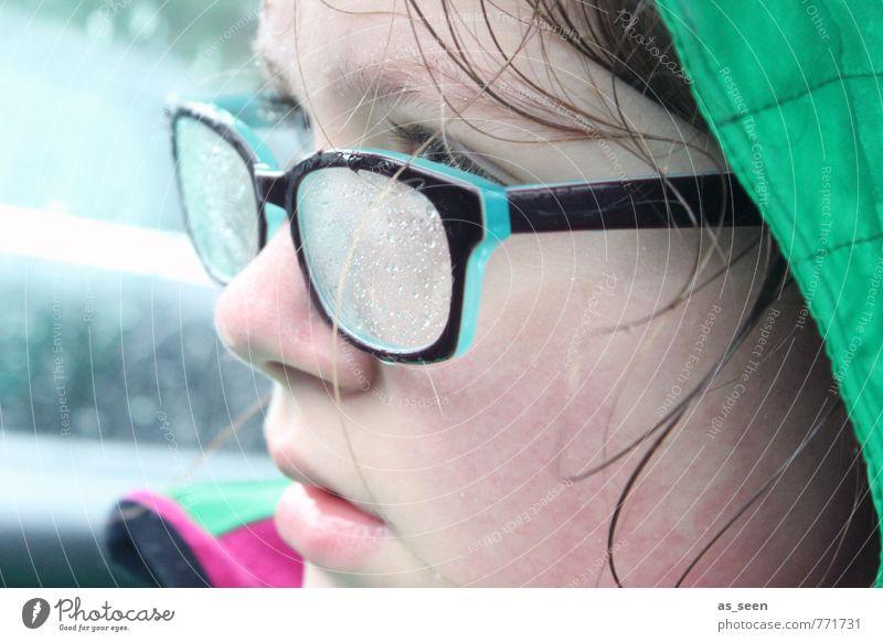 In den Regen gekommen ... Gesicht Wassertropfen Klima Wetter schlechtes Wetter Brille Kapuze Haare & Frisuren Ausdauer Durchblick beobachten frieren nass grün