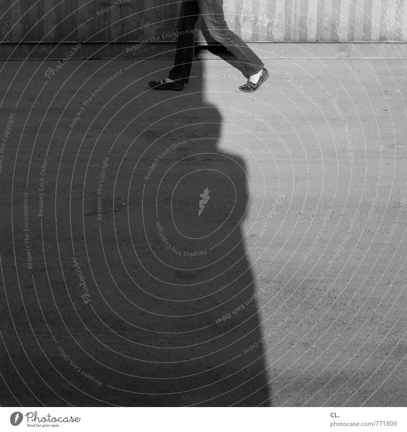 step Mensch Mann Erwachsene Straße Bewegung Wege & Pfade gehen laufen Spaziergang einzigartig Ziel Jeanshose Straßenbelag Identität Container Fußgänger