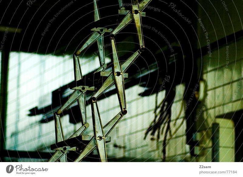 fällt nix ein Dach Dachgeschoss Bauwerk Demontage wegfahren grün gelb Physik dreckig old ladder Leiter Treppe Dachboden Fliesen u. Kacheln alt Kabel Metall