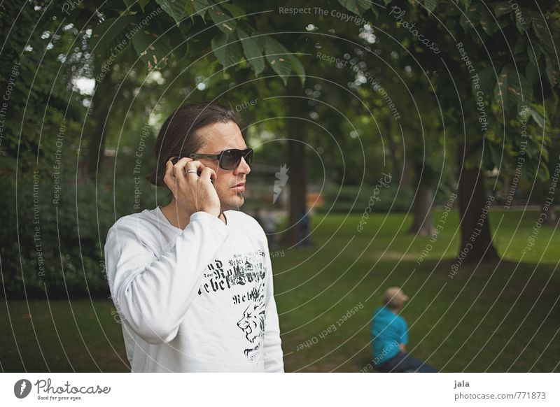 anruf Mensch Natur Mann Pflanze Baum Erwachsene Junge Gras Park maskulin stehen Handy brünett langhaarig Vater Sonnenbrille