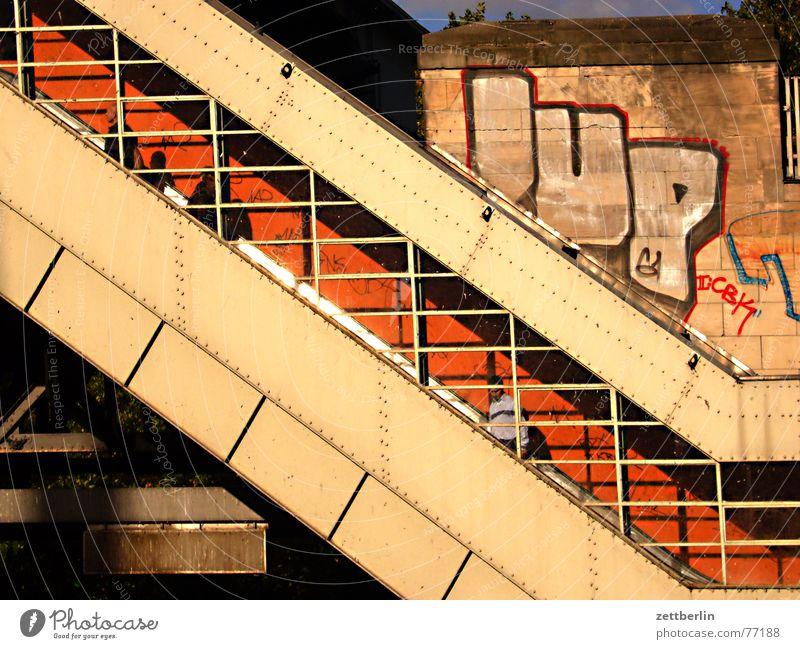Rolltreppe Stadt Berlin Treppe verrückt fahren Güterverkehr & Logistik Geländer Tor U-Bahn diagonal aufwärts Amerika Kontrolle Gitter abwärts Fußgänger