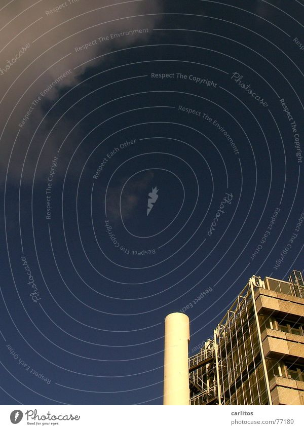 Blau Himmel blau Wolken Hochhaus verrückt Fassade Studium Perspektive Feuerleiter