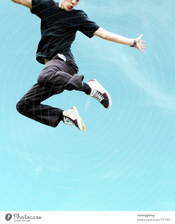 Absprung springen Mann hüpfen Himmel Freude blau