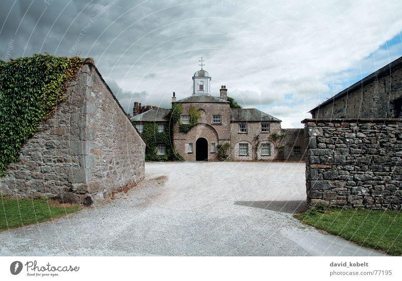 Schlosshof Schottland Mauer Vorhof Turm Efeu Einfahrt Wolken Tür reich Eingang Autobahnauffahrt Stimmung Reichtum zentral bewachsen Mauerpflanze historisch