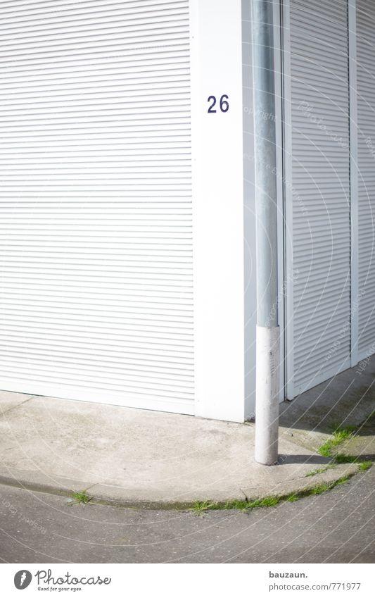 HH | 26. Gras Kleinstadt Stadt Industrieanlage Fabrik Bauwerk Gebäude Mauer Wand Fassade Straße Wege & Pfade Metall Ziffern & Zahlen Linie grau weiß Farbfoto