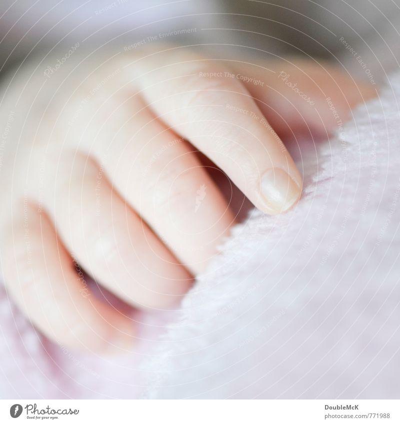 Da Da Da Baby Hand Finger 1 Mensch 0-12 Monate berühren liegen klein nah natürlich positiv weich rot Hoffnung Erholung Kindheit ruhig Zufriedenheit zeigen