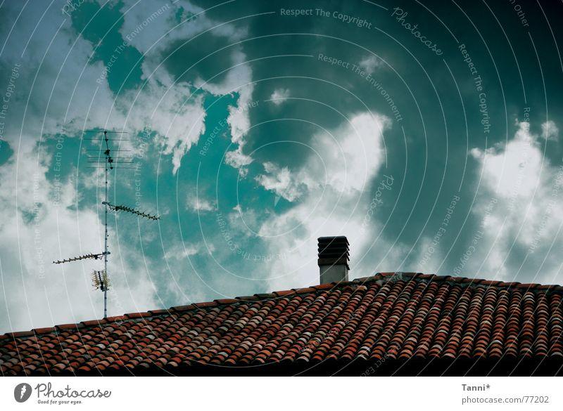 cielo Himmel grün rot Wolken Dach Schornstein Digitalfotografie schlechtes Wetter Antenne Naturphänomene Dachziegel Wolkenhimmel Funktechnik Wolkenformation