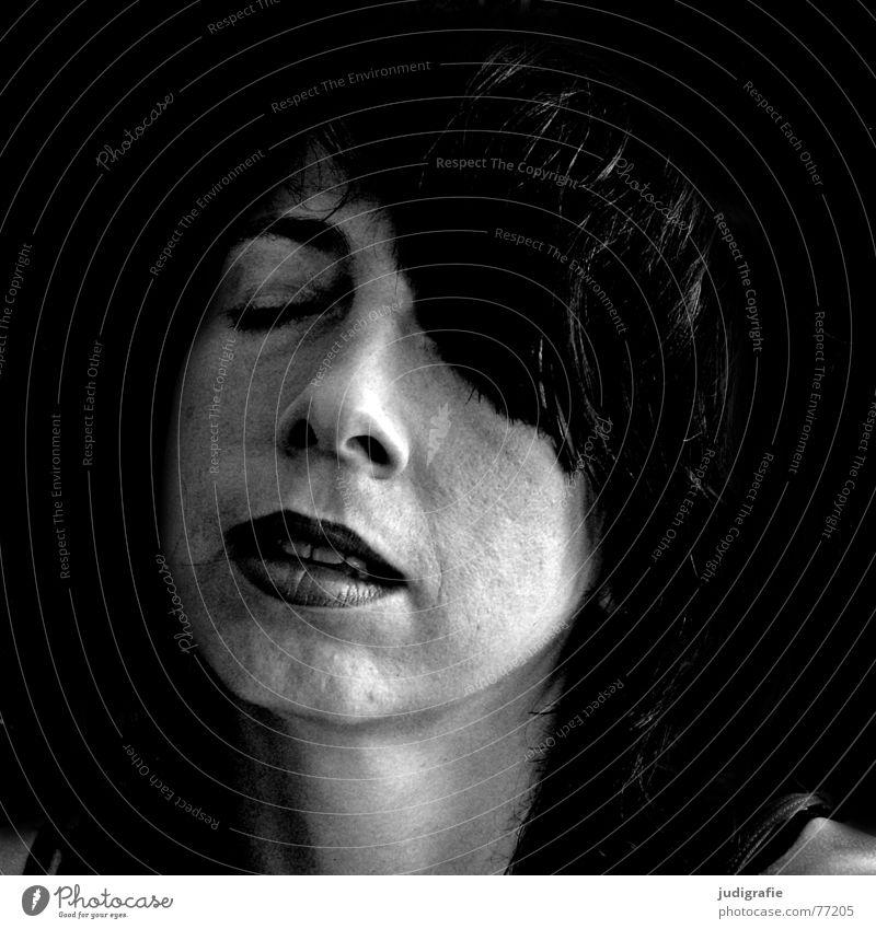 Genuss Frau Mensch Gesicht ruhig schwarz Auge Erholung Zufriedenheit geschlossen genießen Musik hören