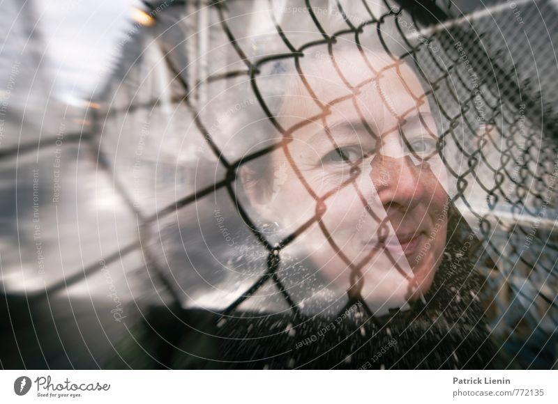 Zaungast Mensch Frau Stadt Erholung Erwachsene Wand Bewegung feminin Mauer lachen Stimmung Kopf träumen Zufriedenheit 45-60 Jahre Kreativität