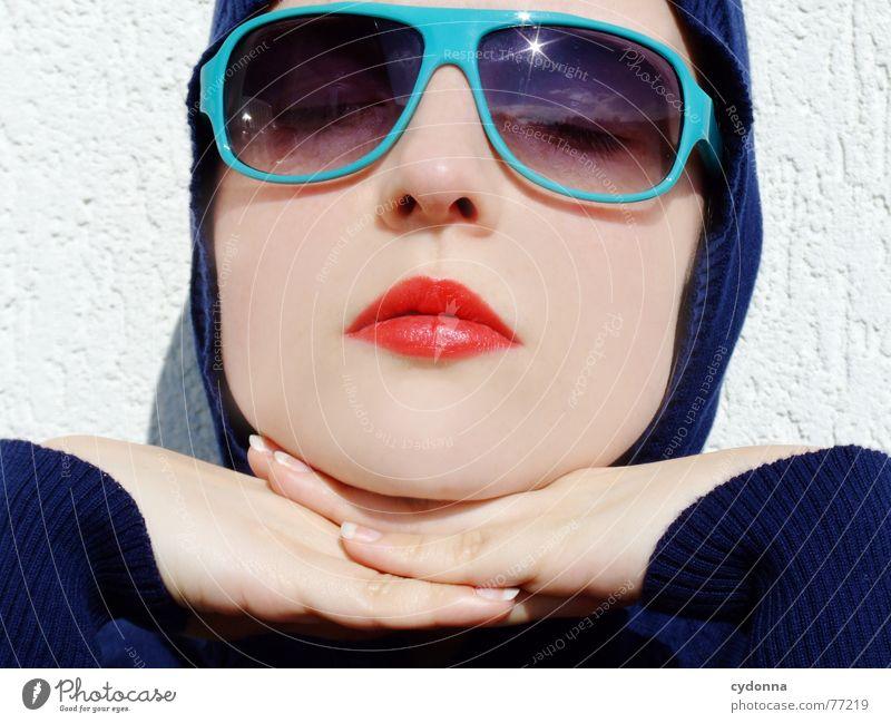 Sunglases everywhere XVII Lippen Lippenstift Licht Stil Reihe Frau Porträt glänzend Kosmetik Sonnenbrille gestikulieren Hand aufstützen genießen Erholung
