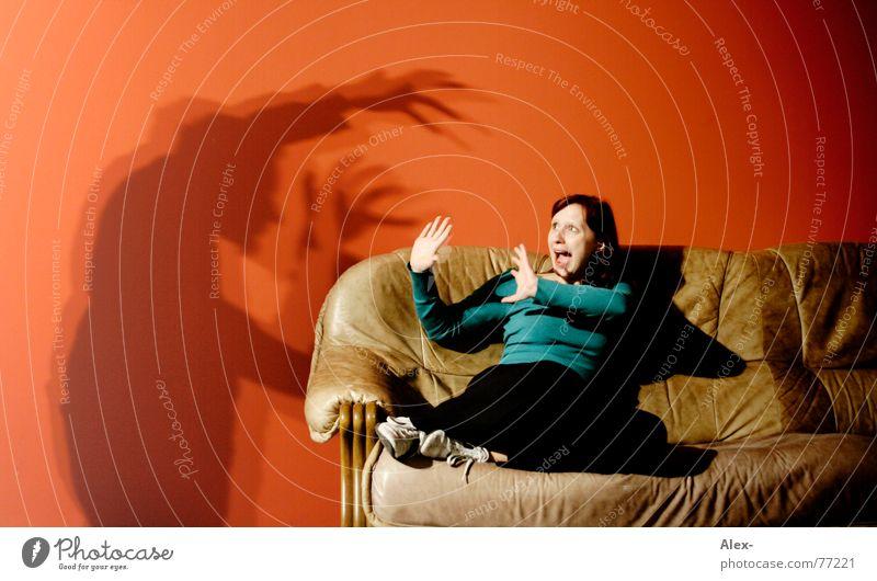 Wer hat Angst vorm schwarzen Milchm4nn schreien notleidend Mörder Krimineller töten gruselig Halloween Thriller Sofa Wand rot Nacht dunkel Wohnung Leder Frau
