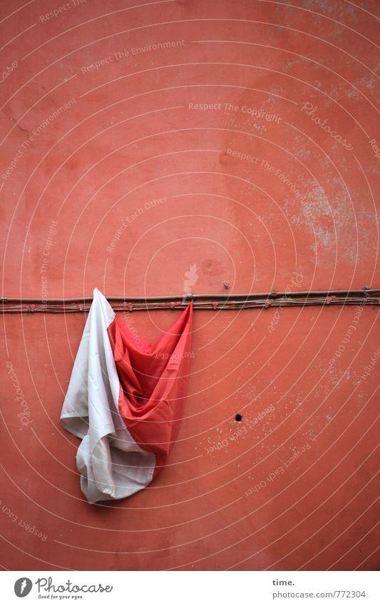 Windspiel Technik & Technologie Energiewirtschaft Kabel Leitung Mauer Wand Fassade Stein Kunststoff Fahne Loch rebellisch verrückt orange rot weiß Konzentration