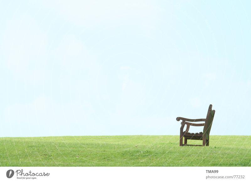 Pause in England Holzbank ruhig grün Gras Bank Blauer Himmel blau Erholung Frieden grünes gras Rasen grüner rasen warten Aussicht